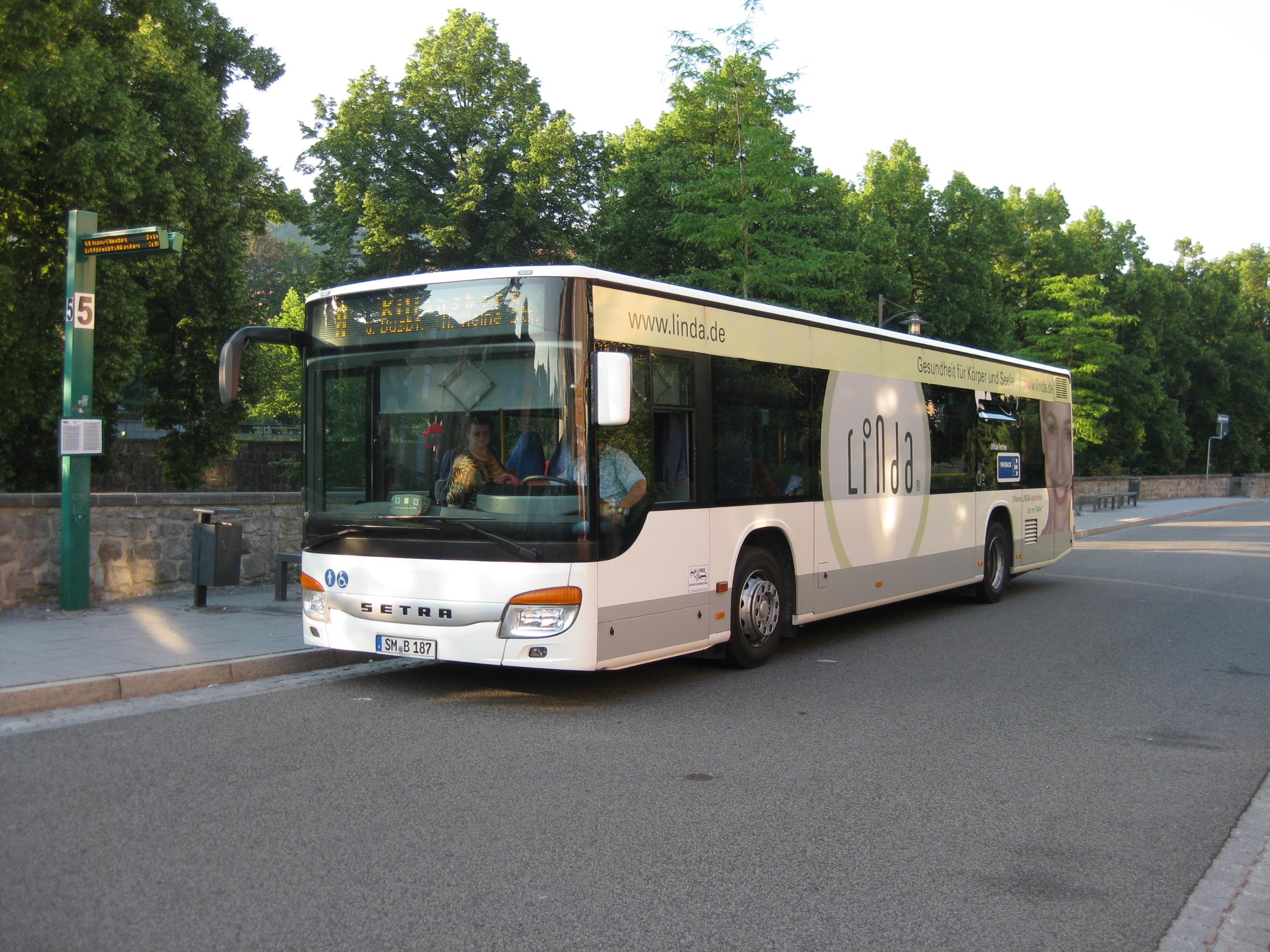 Bild: Bus an Haltestelle