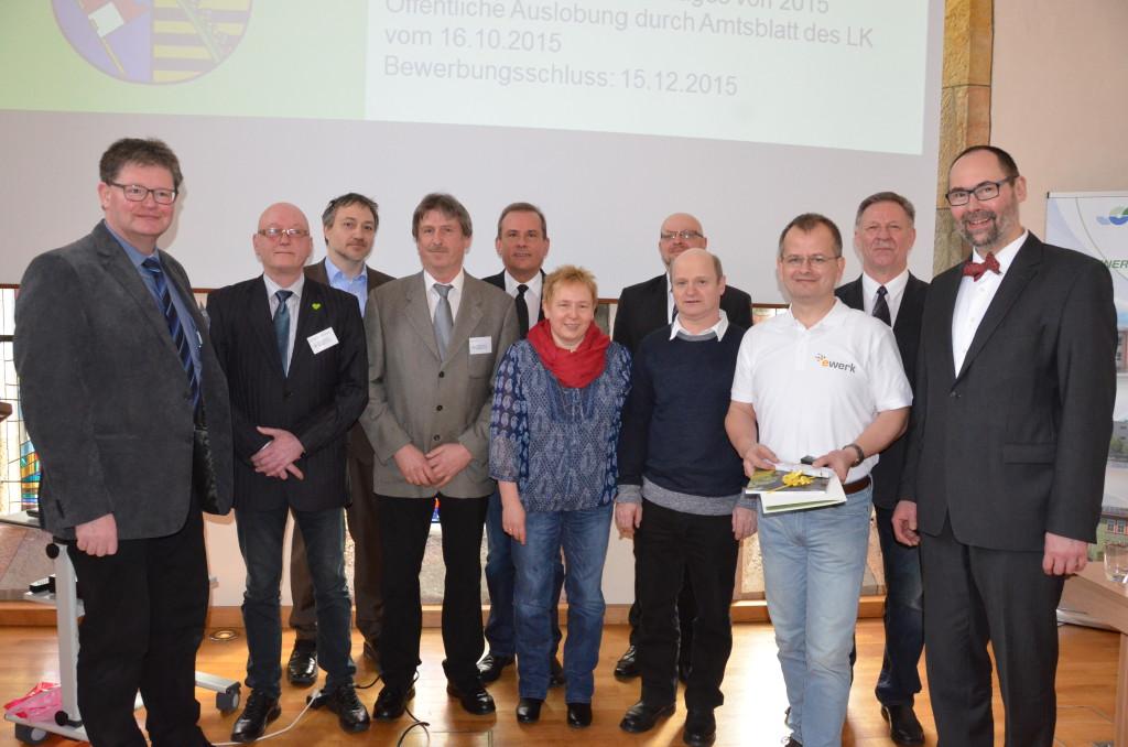 Die Verleihung der Energiesparpreise 2016 des Landkreises Schmalkalden-Meiningen war einer der Höhepunkte der 4. Kreis-Energie-Konferenz im BTZ Rohr-Kloster. Preisträger, Laudatoren und Gratulanten stellten sich im Anschluss zum Gruppenbild auf. In der Mitte (hinten) der Zella-Mehliser Bürgermeister Richard Rossel, davor (1. Reihe Mitte) Marlies und Walther Schorcht aus Zella-Mehlis, rechts daneben Jens Reffke von der Firma eWerk, der den Preis für die Familie Uhlemann aus Schmalkalden entgegennahm. Mit auf dem Bild ebenso Staatssekretär Olaf Möller (rechts), Vize-Landrat Klaus Thielemann (2.vom rechts), sowie (von links) Michael Bickel, Harry Ellenberger, Peter Kaufmann und Peter Spieß vom Arbeitskreis Energie des Landkreises.