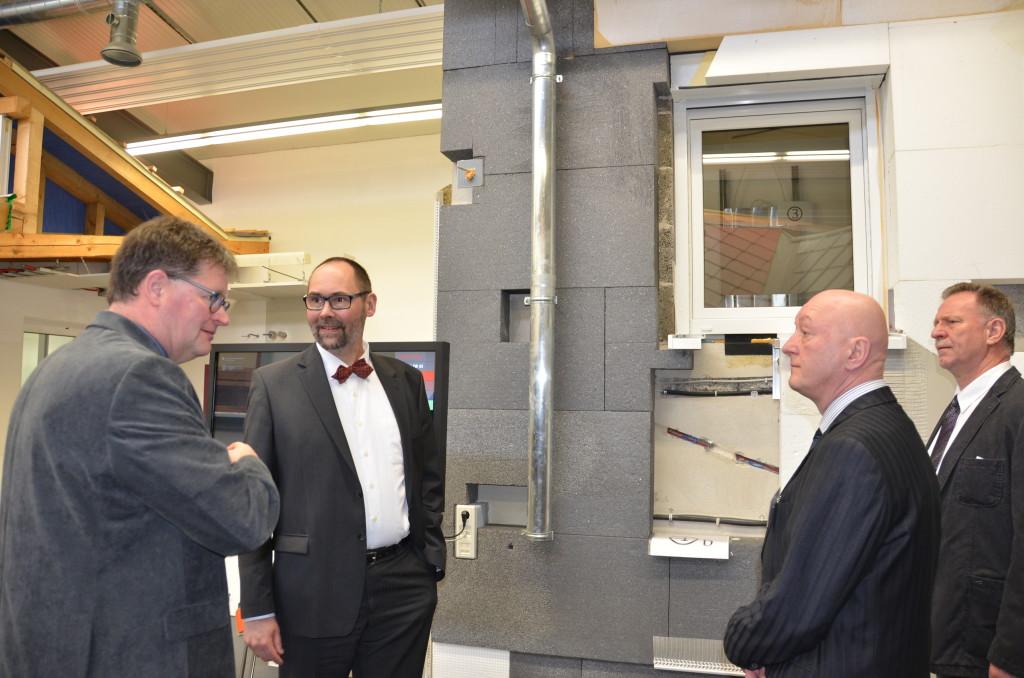 Michael Bickel (r.) führte als Expo-Leiter Staatssekretär Olaf Möller durch die Ausstellung.