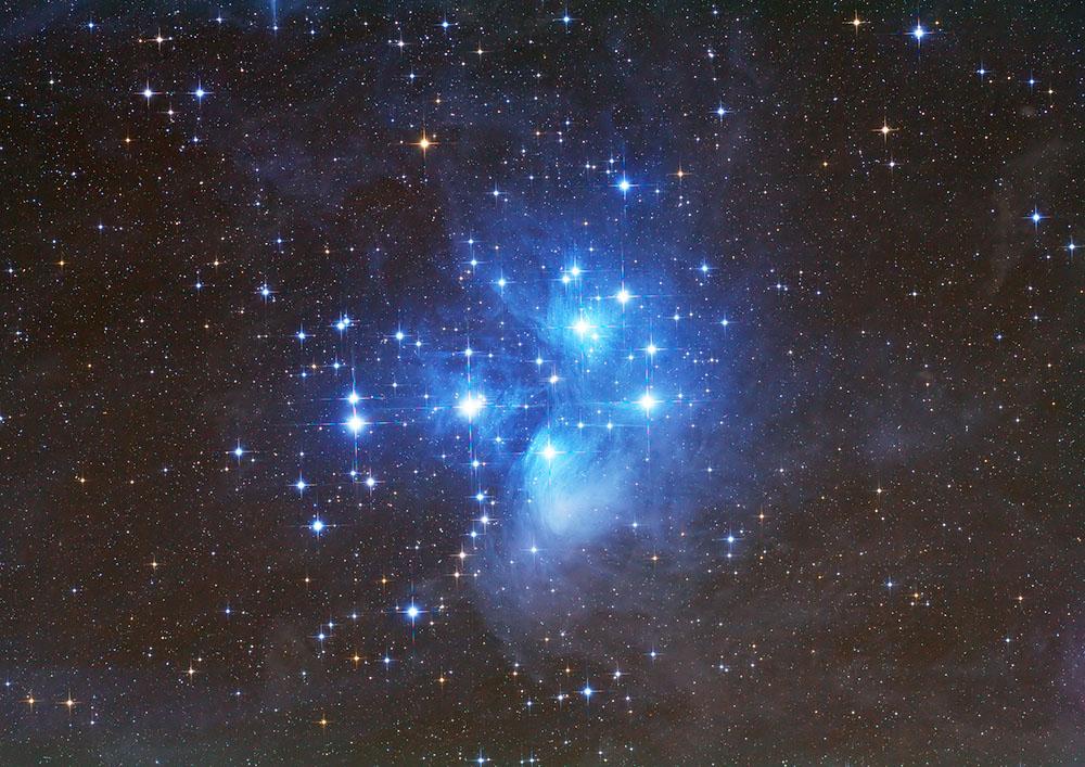 Plejaden sind auffällige Sternenansammlung, die im Winter im Sternbild Stier mit bloßem Auge sichtbar ist. Der offene Sternhaufen hat die Katalogbezeichnung Messier 45. Der blaue Nebel, der übrigens nur fotografisch sichtbar gemacht werden kann, ist ein Reflektionsnebel, der das helle Licht der Sterne reflektiert. (Foto: Werner Klug)