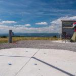 Auf der Hohen Geba wurden von der Gemeinde Rhönblick und dem Verein Sternenpark Rhön astronomische Plattformen geschaffen, die die sehr guten Beobachtungsbedingungen auf dem Berg ergänzen. Sternenfreunde können hier ihre Teleskope aufstellen. Astrofotografen nutzen außerdem den Windschutz, der angebracht werden kann. (Foto: Werner Klug)