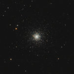 Messier 53 ist ein Kugelsternhaufen, der im Halo unserer Heimatgalaxie – der Milchstraße – liegt. Von der Erde aus betrachtet befindet sich die kompakte Sternenansammlung im Sternbild Haar der Berenike. Kugelsternhaufen sind sehr alte Objekte. Man nimmt an, dass sie mit unserer Galaxie vor 13,6 Milliarden Jahren entstanden sind. (Foto: Andrea Scholze)