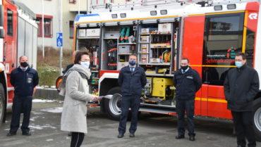 Übergabe mit Blaulicht: Feuerwehrfahrzeuge übergeben